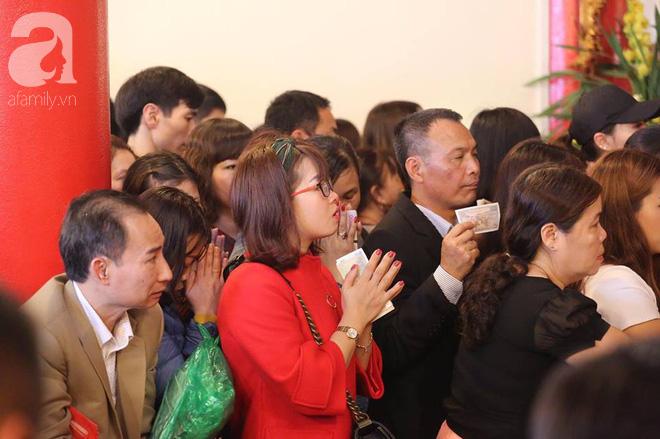 Dân công sở Hà Nội tranh thủ giờ trưa rủ nhau đi lễ chùa đầu năm - Ảnh 23.
