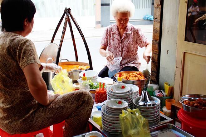 Sài Gòn có những quán ăn khiến khách chóng mặt vì tốc độ bán hàng, không nhanh sẽ nhận ngay vé chúc may mắn lần sau - Ảnh 1.