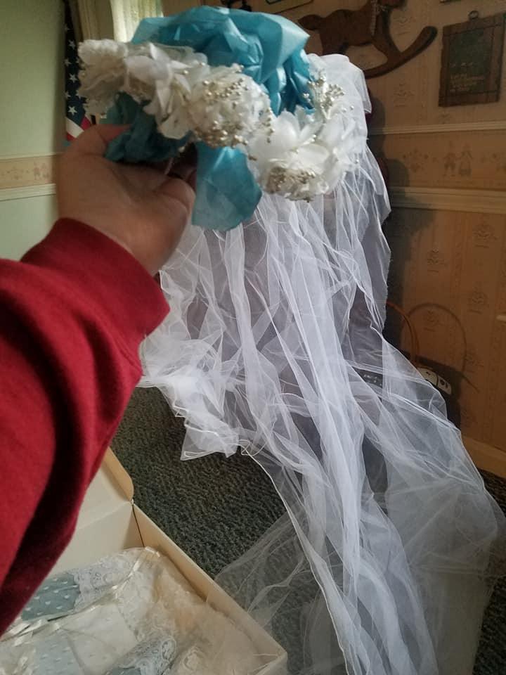 Mở hộp váy cưới của mẹ từ 32 năm trước, cô gái phát hiện điều sai trái nhưng không ngờ MXH đã giải quyết tất cả - Ảnh 5.