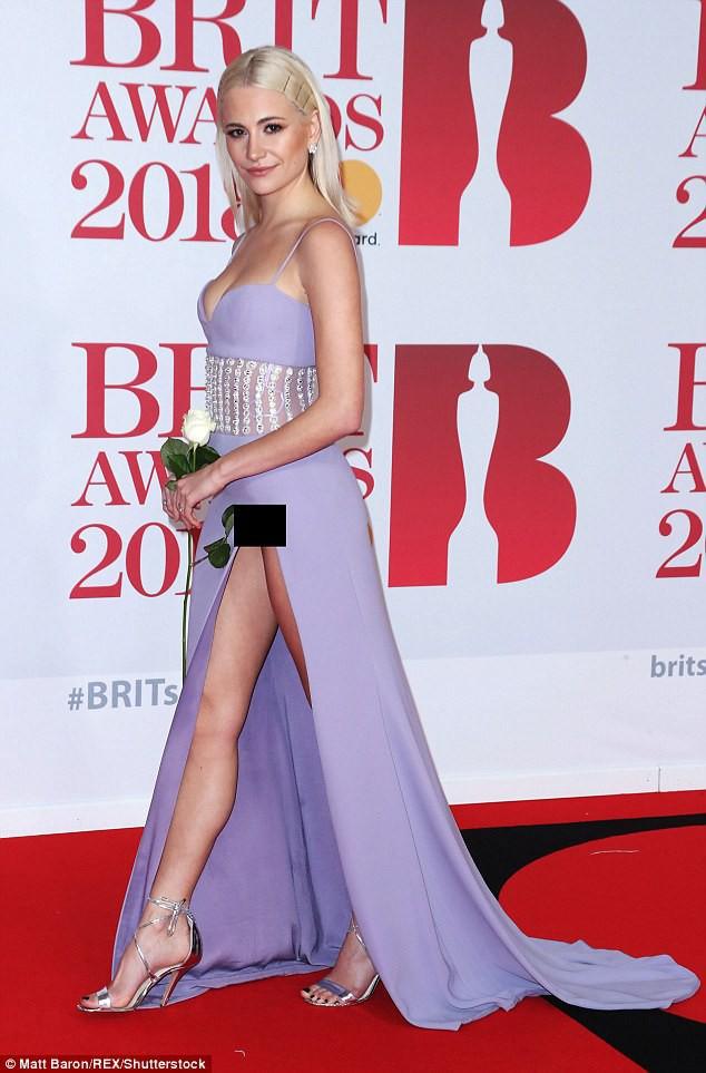 Nữ ca sĩ Anh lộ hàng giữa thảm đỏ BRIT Awards vì diện váy hở hang táo bạo - Ảnh 1.