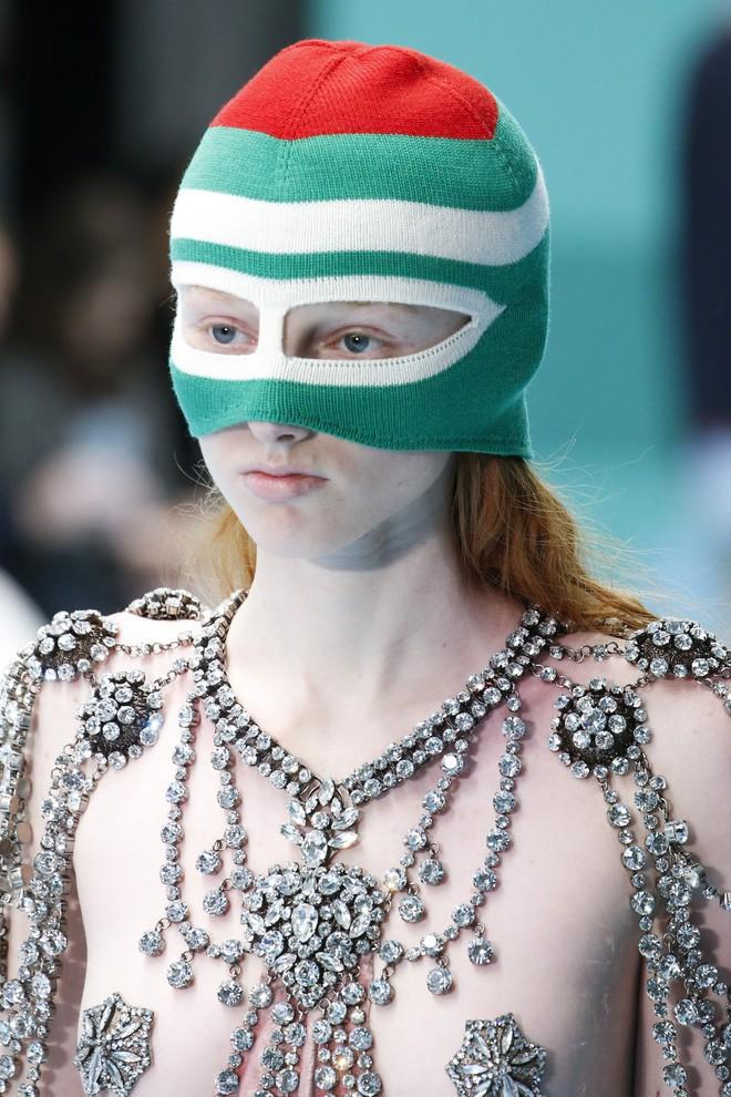 Show mới của Gucci dị quên lối về: Người mẫu ôm... thủ cấp để catwalk, kẻ lại vác nguyên con rồng - Ảnh 11.