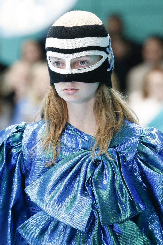 Show mới của Gucci dị quên lối về: Người mẫu ôm... thủ cấp để catwalk, kẻ lại vác nguyên con rồng - Ảnh 12.