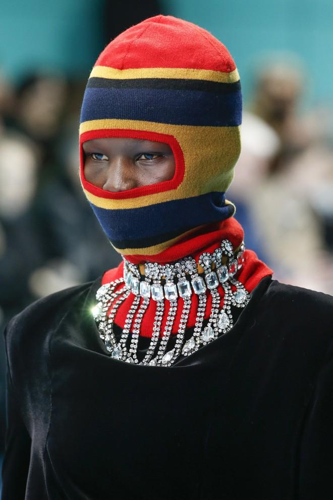 Show mới của Gucci dị quên lối về: Người mẫu ôm... thủ cấp để catwalk, kẻ lại vác nguyên con rồng - Ảnh 13.