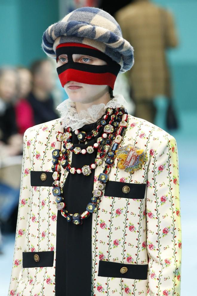 Show mới của Gucci dị quên lối về: Người mẫu ôm... thủ cấp để catwalk, kẻ lại vác nguyên con rồng - Ảnh 14.