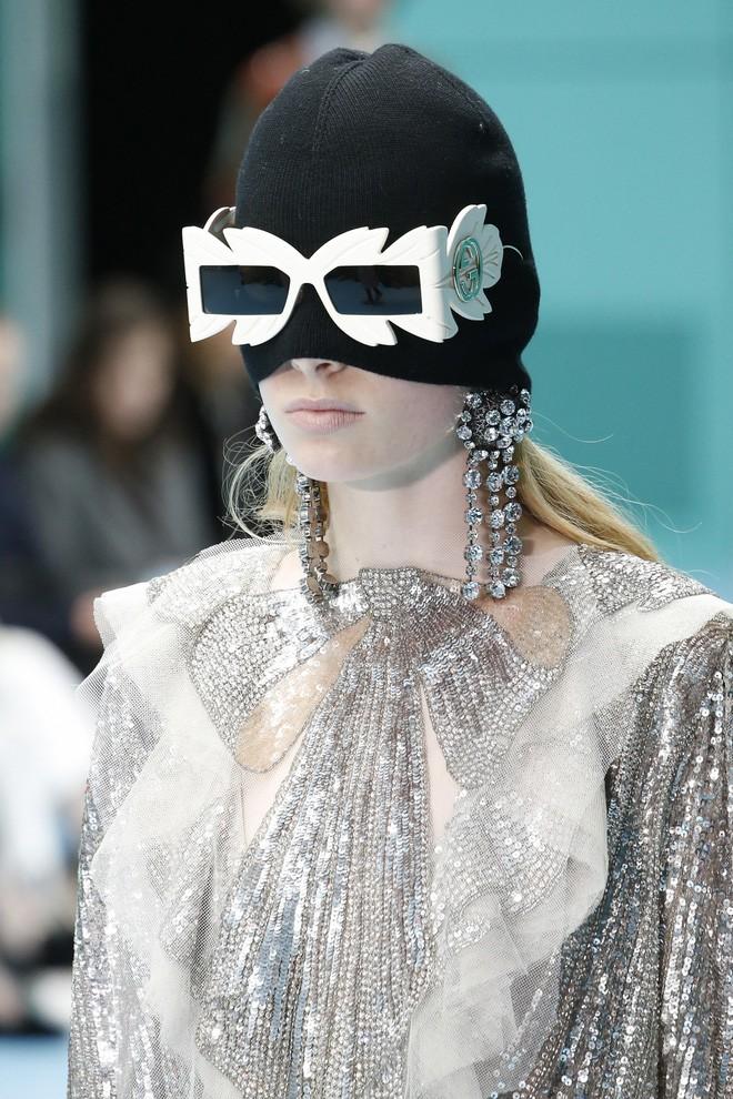 Show mới của Gucci dị quên lối về: Người mẫu ôm... thủ cấp để catwalk, kẻ lại vác nguyên con rồng - Ảnh 15.