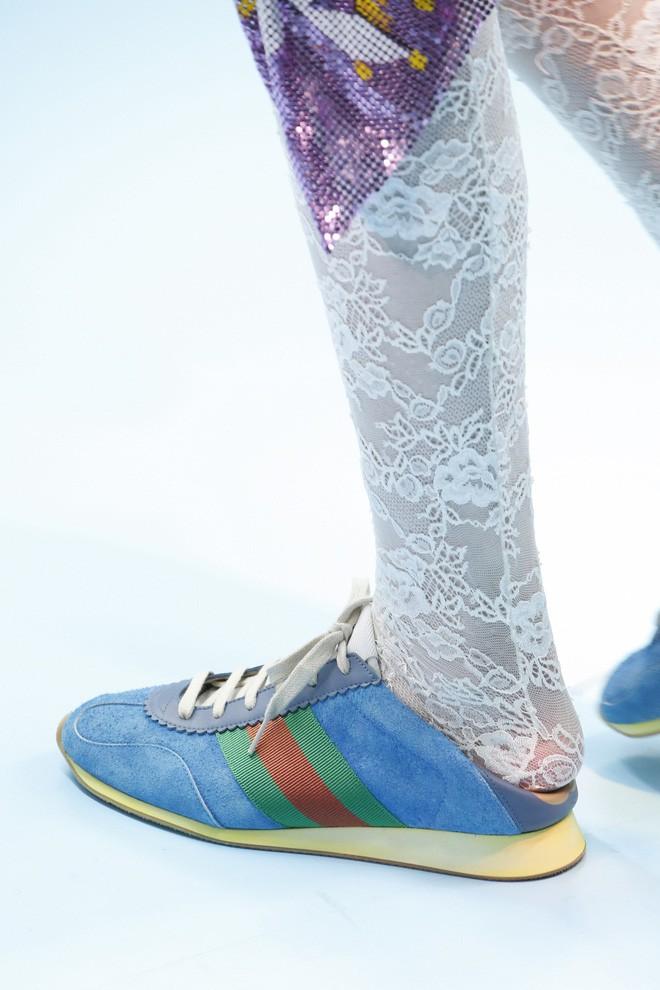 Show mới của Gucci dị quên lối về: Người mẫu ôm... thủ cấp để catwalk, kẻ lại vác nguyên con rồng - Ảnh 19.