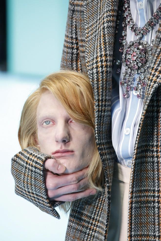 Show mới của Gucci dị quên lối về: Người mẫu ôm... thủ cấp để catwalk, kẻ lại vác nguyên con rồng - Ảnh 3.