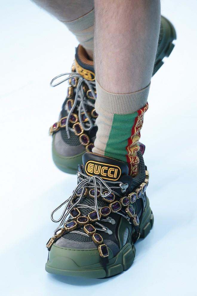 Show mới của Gucci dị quên lối về: Người mẫu ôm... thủ cấp để catwalk, kẻ lại vác nguyên con rồng - Ảnh 22.