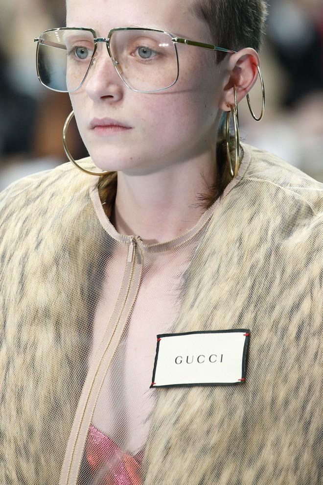 Show mới của Gucci dị quên lối về: Người mẫu ôm... thủ cấp để catwalk, kẻ lại vác nguyên con rồng - Ảnh 25.