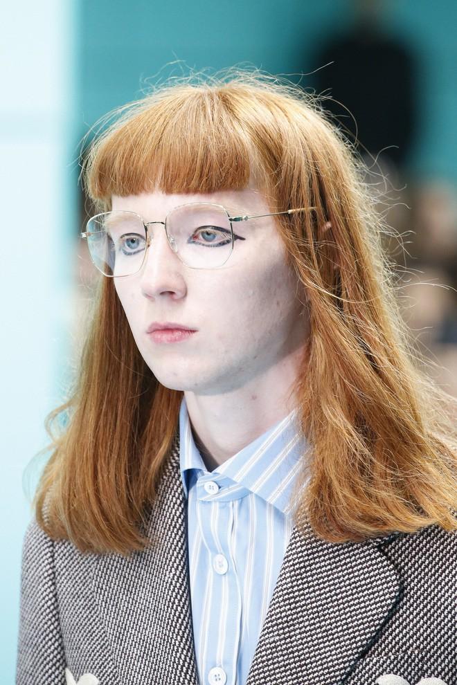 Show mới của Gucci dị quên lối về: Người mẫu ôm... thủ cấp để catwalk, kẻ lại vác nguyên con rồng - Ảnh 26.