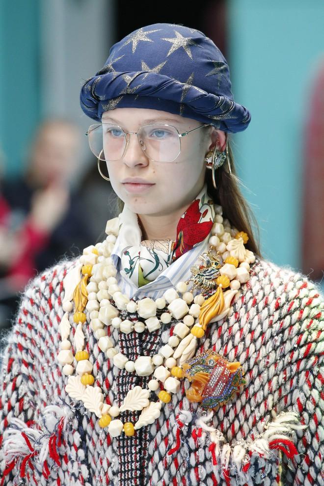 Show mới của Gucci dị quên lối về: Người mẫu ôm... thủ cấp để catwalk, kẻ lại vác nguyên con rồng - Ảnh 27.