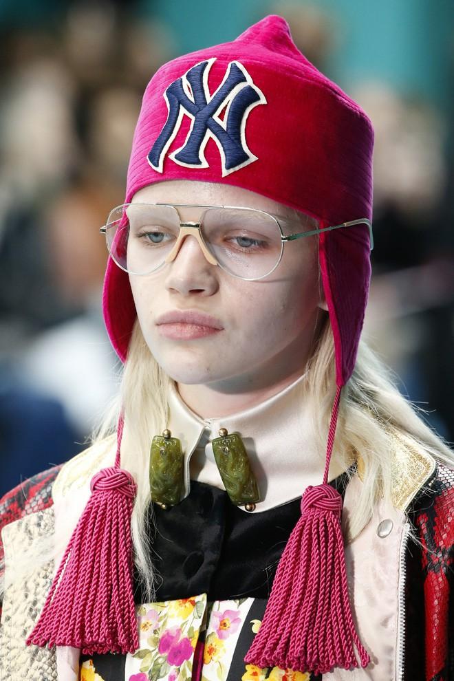 Show mới của Gucci dị quên lối về: Người mẫu ôm... thủ cấp để catwalk, kẻ lại vác nguyên con rồng - Ảnh 28.