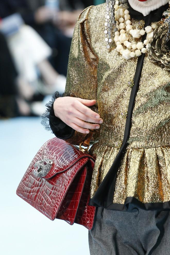 Show mới của Gucci dị quên lối về: Người mẫu ôm... thủ cấp để catwalk, kẻ lại vác nguyên con rồng - Ảnh 29.