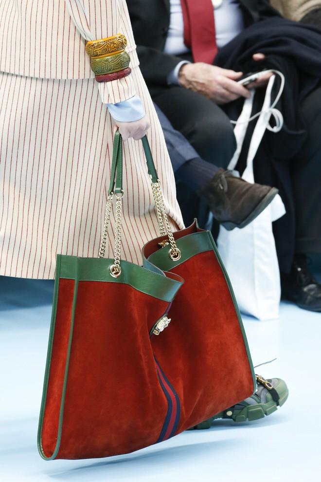 Show mới của Gucci dị quên lối về: Người mẫu ôm... thủ cấp để catwalk, kẻ lại vác nguyên con rồng - Ảnh 30.