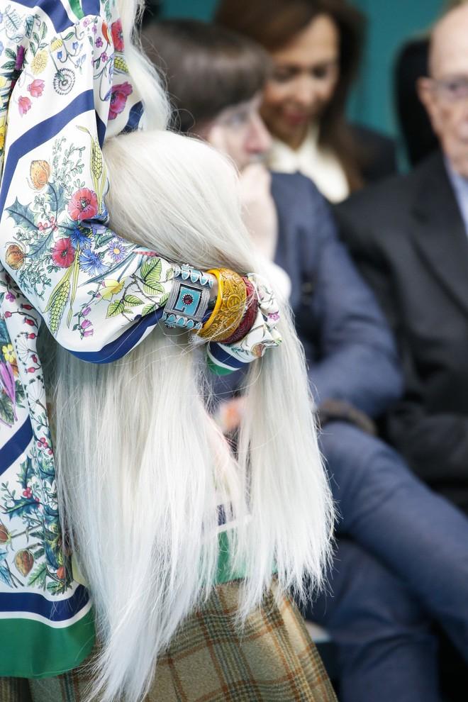 Show mới của Gucci dị quên lối về: Người mẫu ôm... thủ cấp để catwalk, kẻ lại vác nguyên con rồng - Ảnh 4.