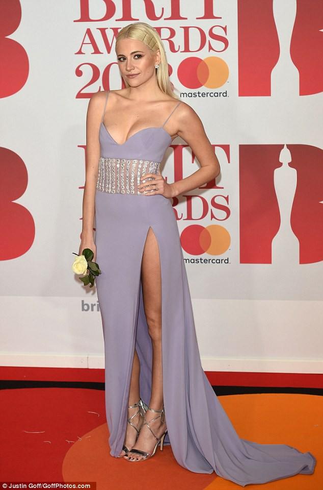 Nữ ca sĩ Anh lộ hàng giữa thảm đỏ BRIT Awards vì diện váy hở hang táo bạo - Ảnh 4.