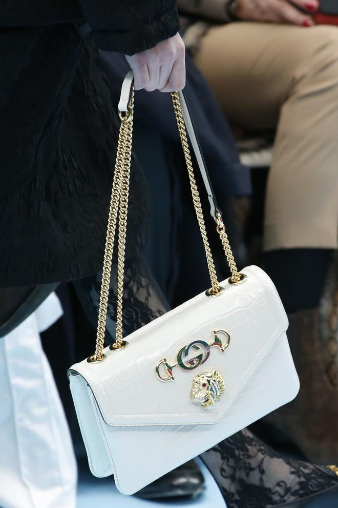 Show mới của Gucci dị quên lối về: Người mẫu ôm... thủ cấp để catwalk, kẻ lại vác nguyên con rồng - Ảnh 32.