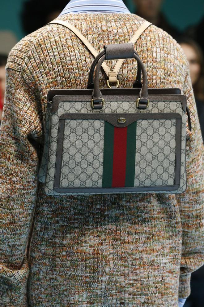 Show mới của Gucci dị quên lối về: Người mẫu ôm... thủ cấp để catwalk, kẻ lại vác nguyên con rồng - Ảnh 34.