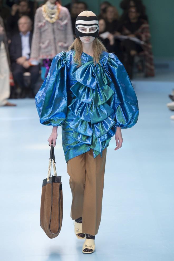 Show mới của Gucci dị quên lối về: Người mẫu ôm... thủ cấp để catwalk, kẻ lại vác nguyên con rồng - Ảnh 35.