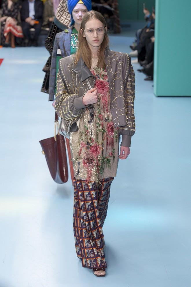 Show mới của Gucci dị quên lối về: Người mẫu ôm... thủ cấp để catwalk, kẻ lại vác nguyên con rồng - Ảnh 37.