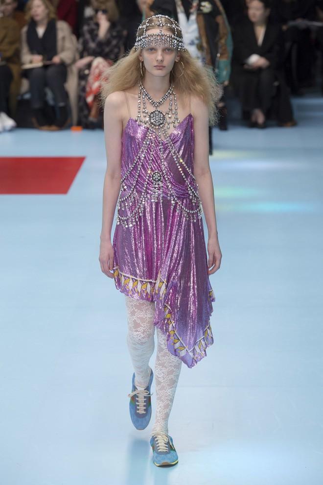 Show mới của Gucci dị quên lối về: Người mẫu ôm... thủ cấp để catwalk, kẻ lại vác nguyên con rồng - Ảnh 38.