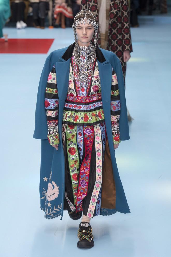 Show mới của Gucci dị quên lối về: Người mẫu ôm... thủ cấp để catwalk, kẻ lại vác nguyên con rồng - Ảnh 40.