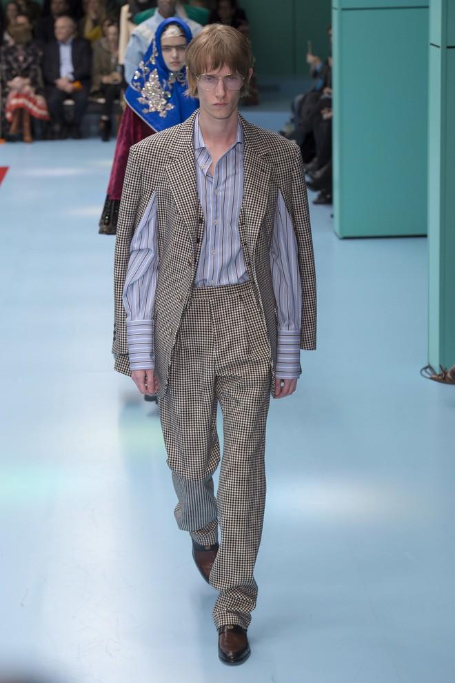 Show mới của Gucci dị quên lối về: Người mẫu ôm... thủ cấp để catwalk, kẻ lại vác nguyên con rồng - Ảnh 41.