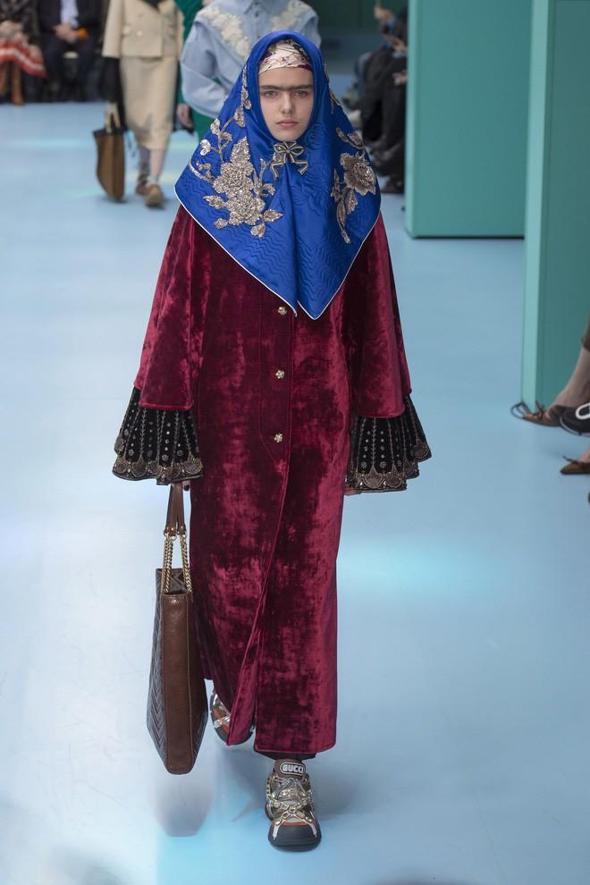 Show mới của Gucci dị quên lối về: Người mẫu ôm... thủ cấp để catwalk, kẻ lại vác nguyên con rồng - Ảnh 42.