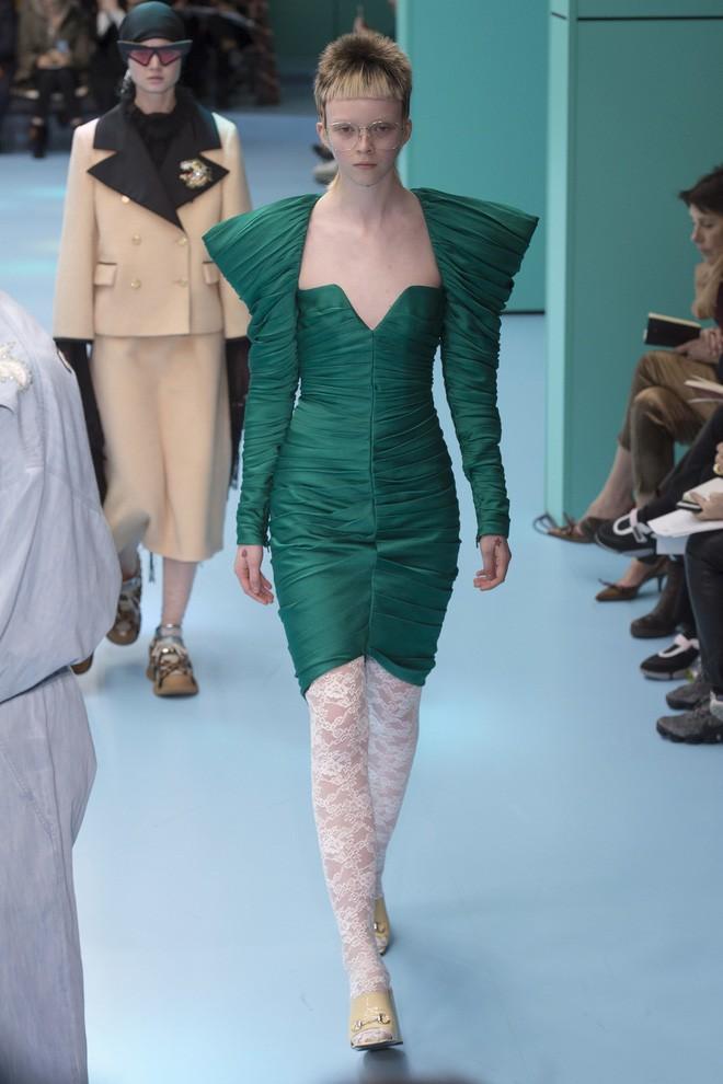 Show mới của Gucci dị quên lối về: Người mẫu ôm... thủ cấp để catwalk, kẻ lại vác nguyên con rồng - Ảnh 43.