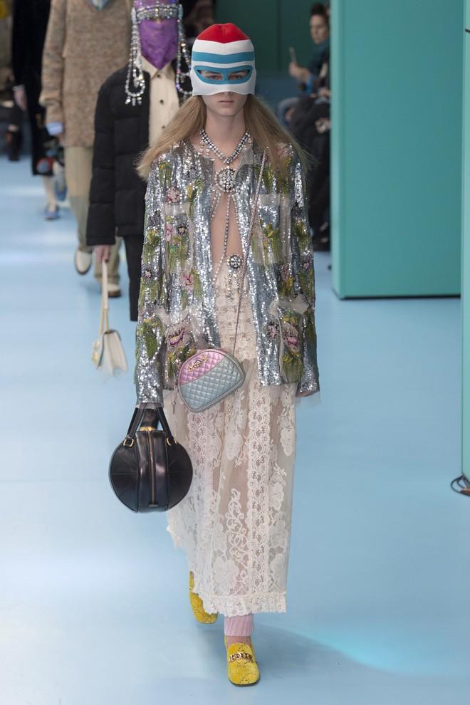 Show mới của Gucci dị quên lối về: Người mẫu ôm... thủ cấp để catwalk, kẻ lại vác nguyên con rồng - Ảnh 45.