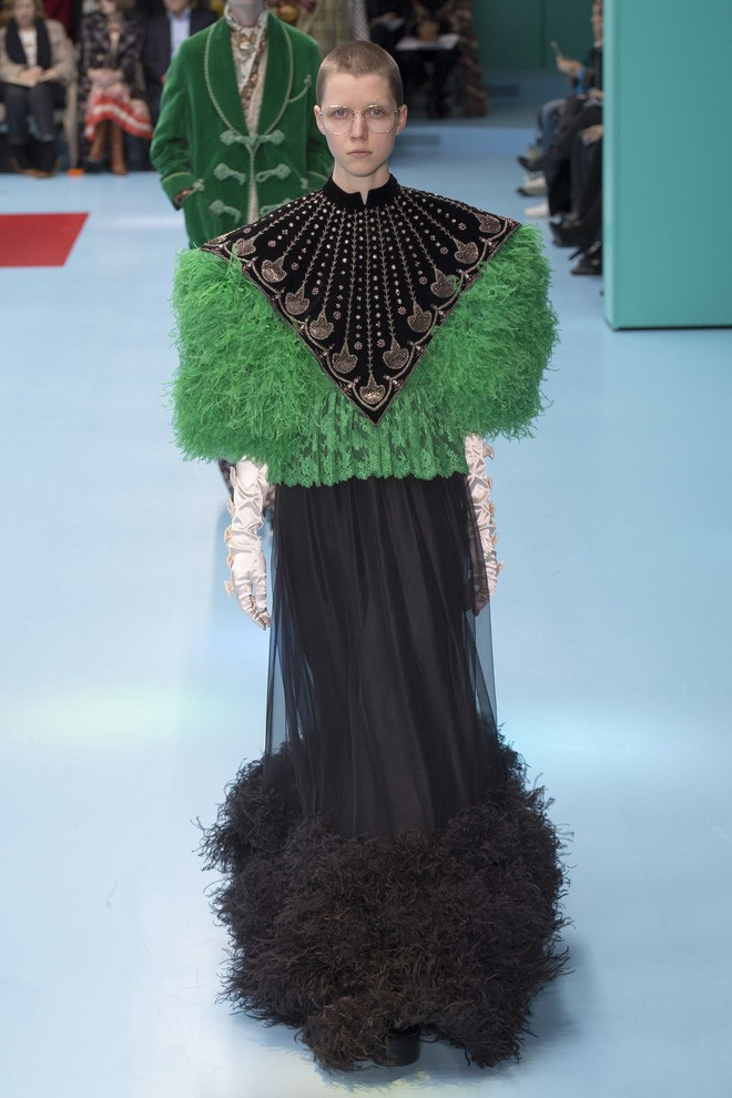 Show mới của Gucci dị quên lối về: Người mẫu ôm... thủ cấp để catwalk, kẻ lại vác nguyên con rồng - Ảnh 46.