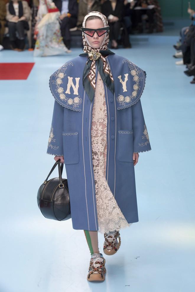 Show mới của Gucci dị quên lối về: Người mẫu ôm... thủ cấp để catwalk, kẻ lại vác nguyên con rồng - Ảnh 47.