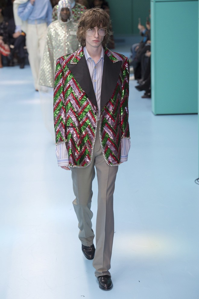 Show mới của Gucci dị quên lối về: Người mẫu ôm... thủ cấp để catwalk, kẻ lại vác nguyên con rồng - Ảnh 48.