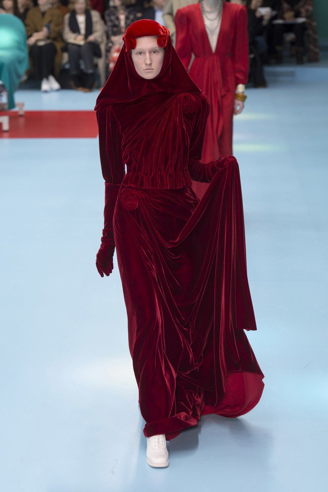 Show mới của Gucci dị quên lối về: Người mẫu ôm... thủ cấp để catwalk, kẻ lại vác nguyên con rồng - Ảnh 49.