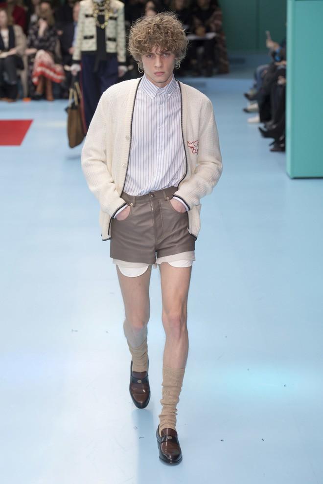 Show mới của Gucci dị quên lối về: Người mẫu ôm... thủ cấp để catwalk, kẻ lại vác nguyên con rồng - Ảnh 50.