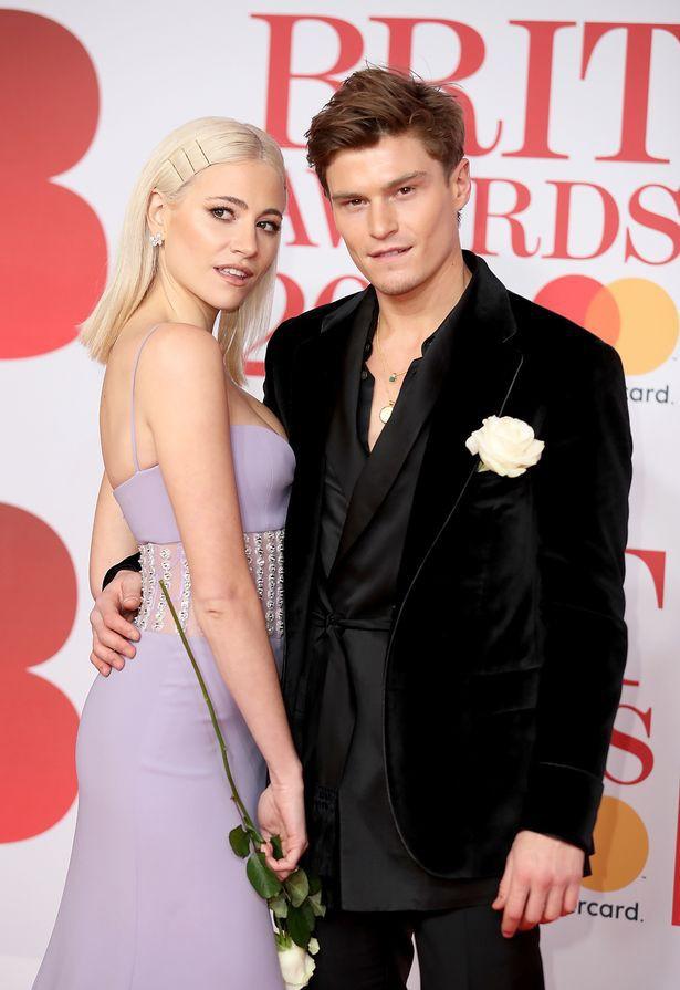 Nữ ca sĩ Anh lộ hàng giữa thảm đỏ BRIT Awards vì diện váy hở hang táo bạo - Ảnh 6.