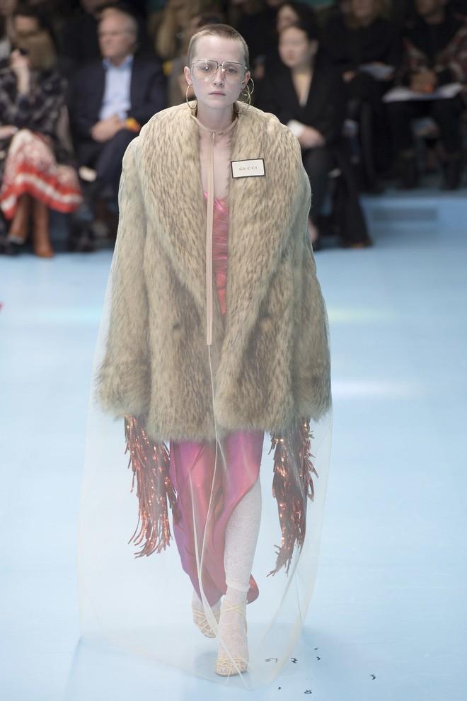 Show mới của Gucci dị quên lối về: Người mẫu ôm... thủ cấp để catwalk, kẻ lại vác nguyên con rồng - Ảnh 51.