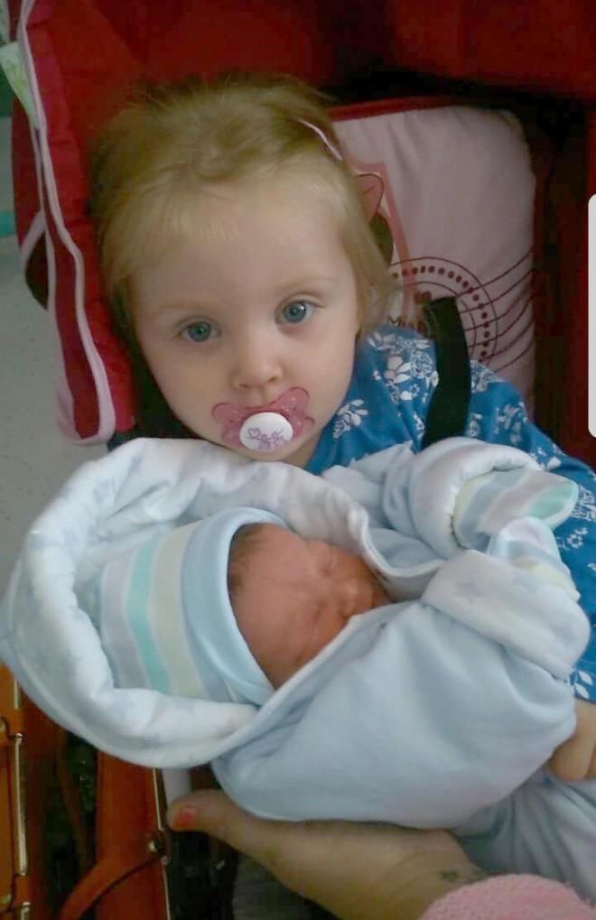 Mất khả năng đi lại, nói chuyện vì viêm não, bé gái 4 tuổi bỗng hồi phục nhờ em trai - Ảnh 1.