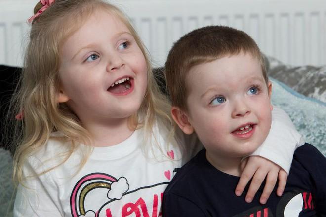 Mất khả năng đi lại, nói chuyện vì viêm não, bé gái 4 tuổi bỗng hồi phục nhờ em trai - Ảnh 2.
