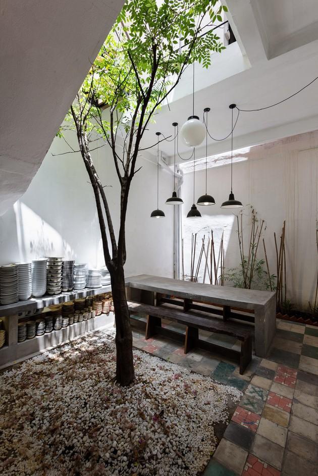 Ngôi nhà ống hơn 50 năm dầm mưa dãi nắng nay lột xác đẹp đến ngỡ ngàng ở quận 3, Sài Gòn - Ảnh 7.
