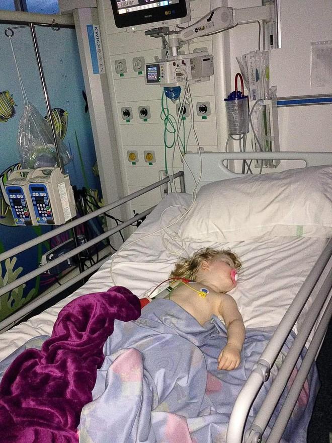 Mất khả năng đi lại, nói chuyện vì viêm não, bé gái 4 tuổi bỗng hồi phục nhờ em trai - Ảnh 3.