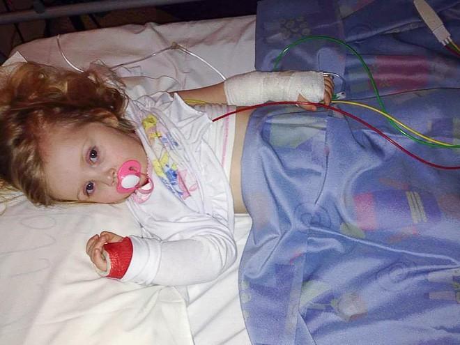 Mất khả năng đi lại, nói chuyện vì viêm não, bé gái 4 tuổi bỗng hồi phục nhờ em trai - Ảnh 4.