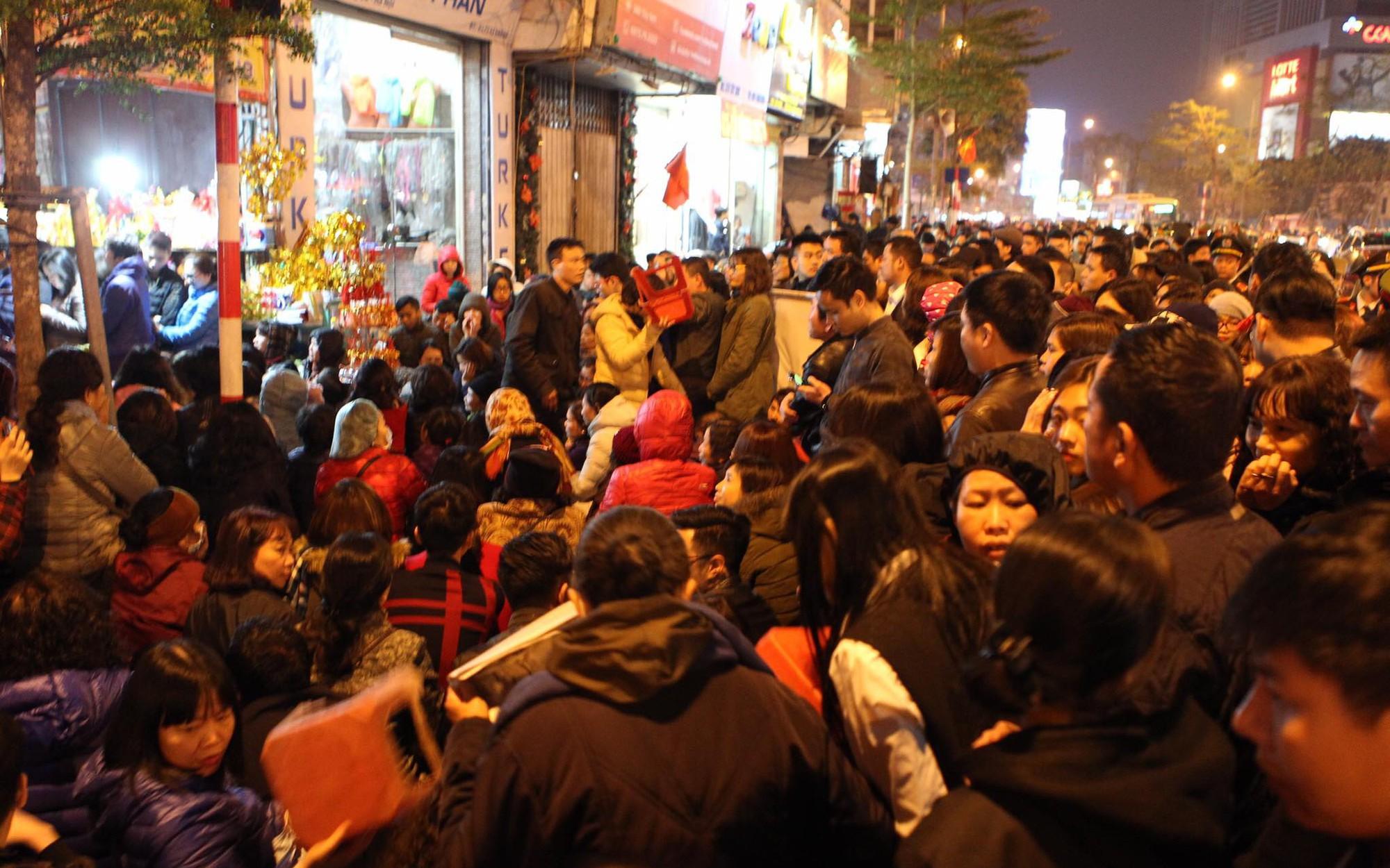 Chùm ảnh: Hàng nghìn người dân đổ về chùa Phúc Khánh cúng sao giải hạn đầu năm