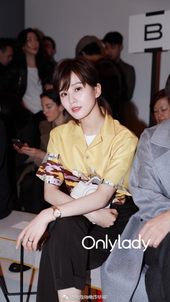 Tuần lễ thời trang Milan: Người mẫu vừa catwalk vừa bế trên tay 1 chú tiểu Tuất cực đáng yêu - Ảnh 9.