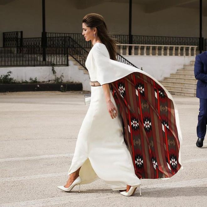 Ngoài Công nương Kate, còn có Hoàng hậu Rania của Vương quốc Jordan vừa xinh lại vừa mặc đẹp miễn chê - Ảnh 9.