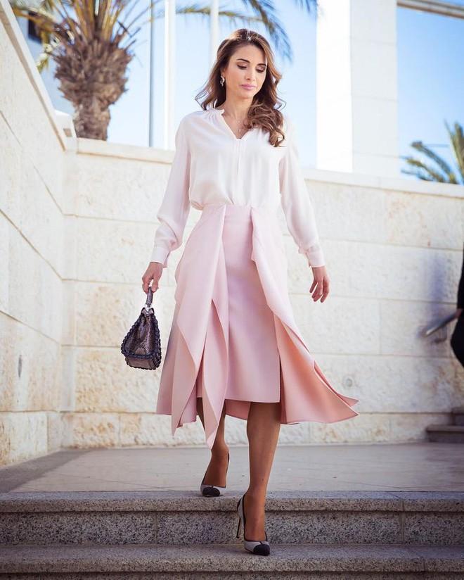 Ngoài Công nương Kate, còn có Hoàng hậu Rania của Vương quốc Jordan vừa xinh lại vừa mặc đẹp miễn chê - Ảnh 3.