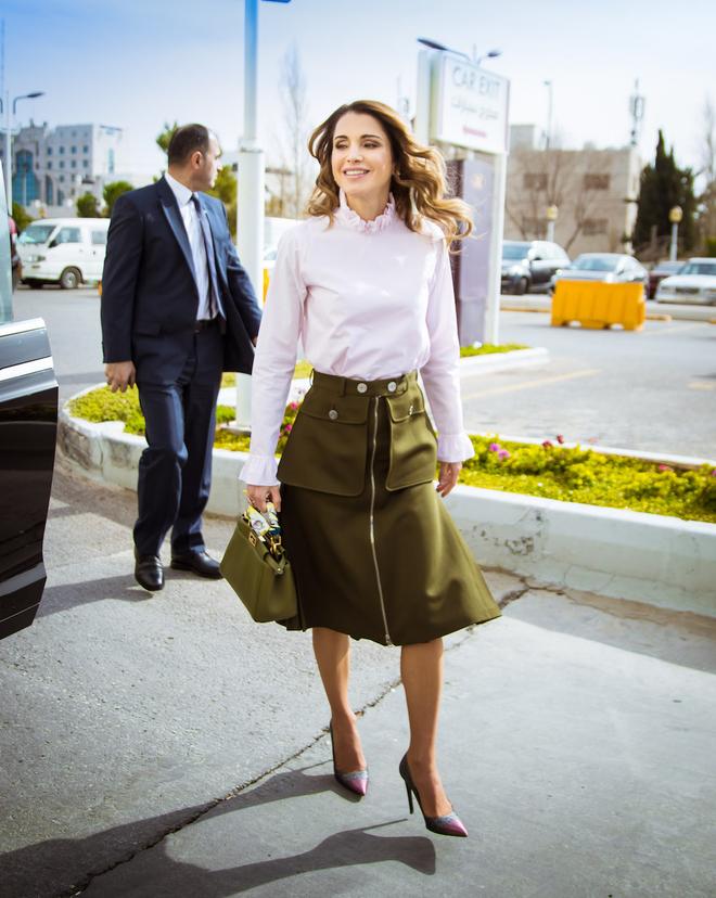 Ngoài Công nương Kate, còn có Hoàng hậu Rania của Vương quốc Jordan vừa xinh lại vừa mặc đẹp miễn chê - Ảnh 10.
