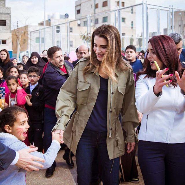 Ngoài Công nương Kate, còn có Hoàng hậu Rania của Vương quốc Jordan vừa xinh lại vừa mặc đẹp miễn chê - Ảnh 18.