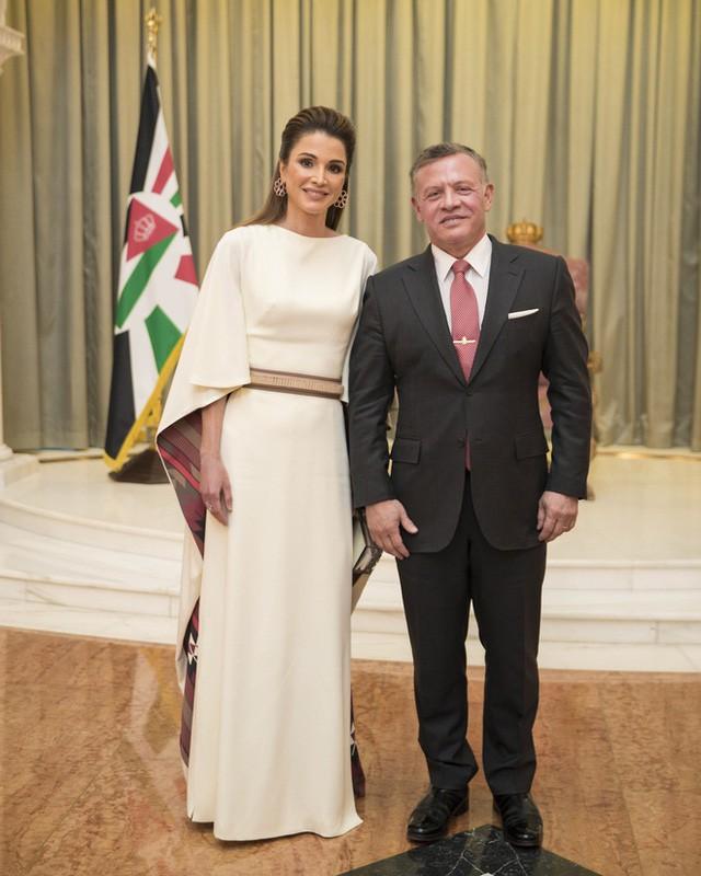 Ngoài Công nương Kate, còn có Hoàng hậu Rania của Vương quốc Jordan vừa xinh lại vừa mặc đẹp miễn chê - Ảnh 8.