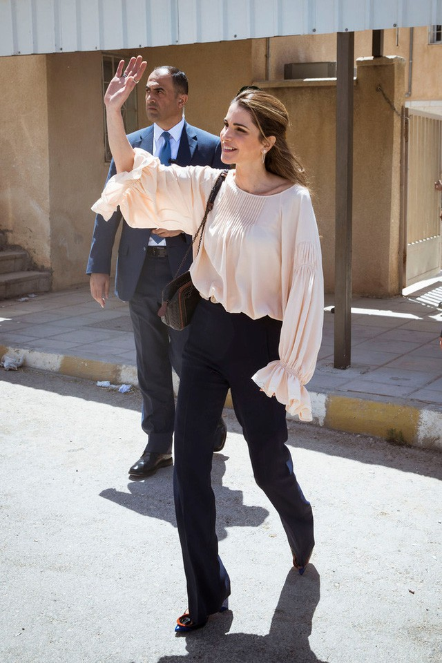 Ngoài Công nương Kate, còn có Hoàng hậu Rania của Vương quốc Jordan vừa xinh lại vừa mặc đẹp miễn chê - Ảnh 20.